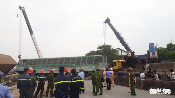 Tàu hàng đâm xe tải lật 4 toa, đường sắt qua Nghệ An tê liệt - Ảnh 8.