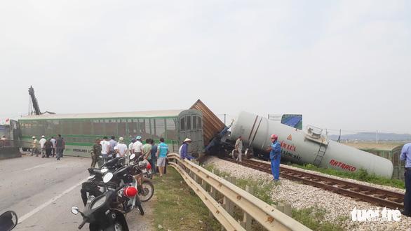 Tàu hàng đâm xe tải lật 4 toa, đường sắt qua Nghệ An tê liệt - Ảnh 5.
