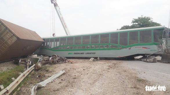 Tàu hàng đâm xe tải lật 4 toa, đường sắt qua Nghệ An tê liệt - Ảnh 3.