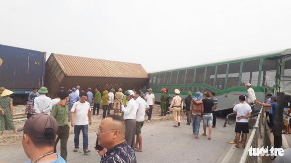 Tàu hàng đâm xe tải lật 4 toa, đường sắt qua Nghệ An tê liệt - Ảnh 1.
