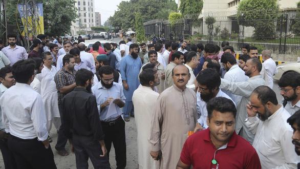 Động đất rung chuyển Pakistan, hơn 700 người thương vong - Ảnh 2.