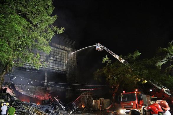 Cháy dữ dội trung tâm điện máy, cứu hỏa vất vả vì kẹt xe - Ảnh 6.