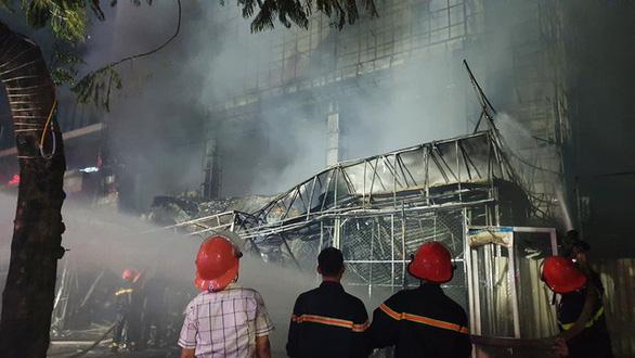 Cháy dữ dội trung tâm điện máy, cứu hỏa vất vả vì kẹt xe - Ảnh 7.