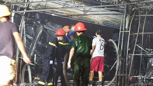 Cháy dữ dội trung tâm điện máy, cứu hỏa vất vả vì kẹt xe - Ảnh 8.