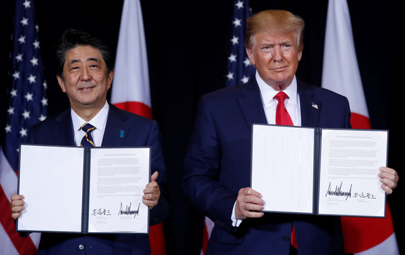 Tổng thống Trump ký thỏa thuận thương mại phi thường với Thủ tướng Abe - Ảnh 1.