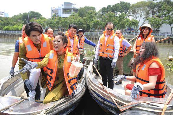 Nhiều nghệ sĩ vớt rác trên kênh Nhiêu Lộc - Ảnh 1.