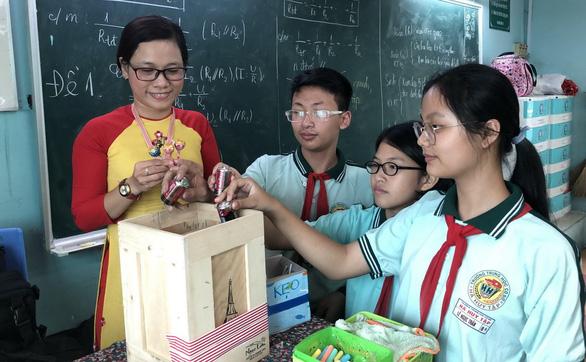 Cô giáo dụ học trò đem pin đổi kẹo bảo vệ môi trường - Ảnh 1.