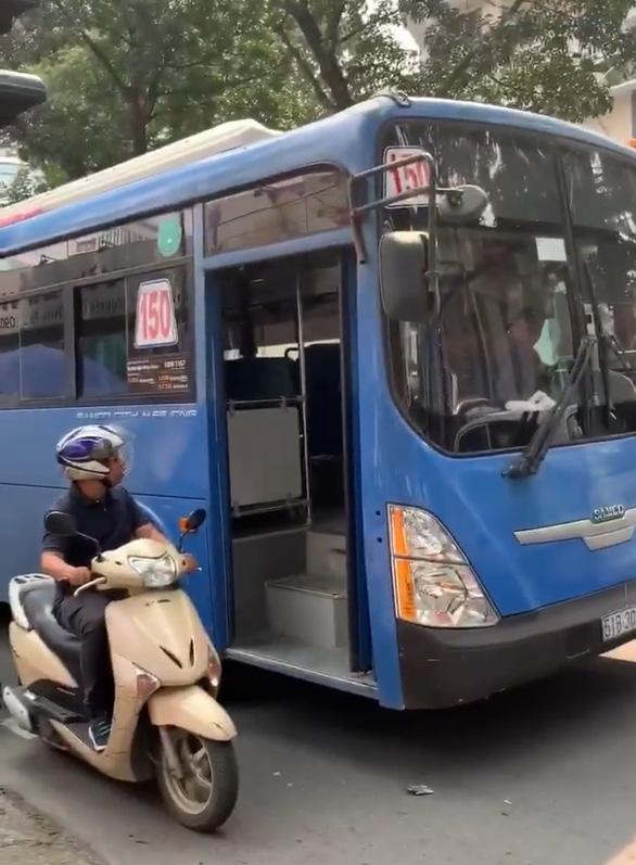 Tài xế xe buýt bấm còi, ép xe, phun nước miếng khi bị phàn nàn - Ảnh 1.