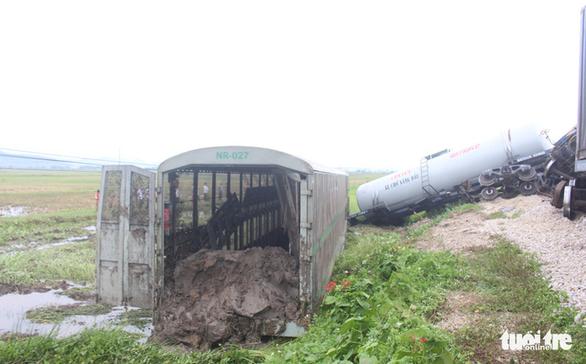Lối tự mở xảy ra tai nạn giữa tàu hàng và xe tải đã được cảnh báo? - Ảnh 1.