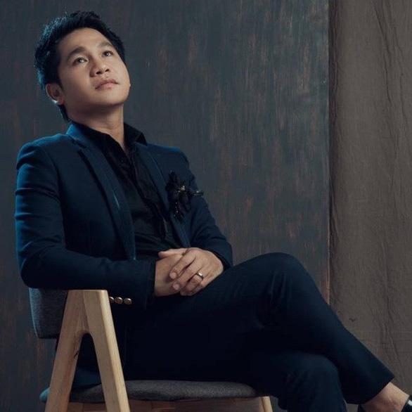 Trọng Tấn live với ban nhạc Anh Em - Ảnh 1.
