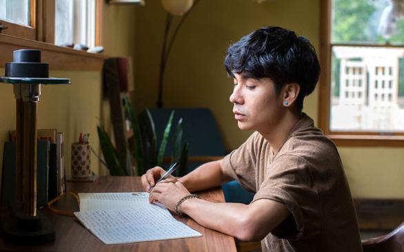 Nhà thơ Ocean Vương được vinh danh với giải thưởng Nhân tài - Ảnh 1.