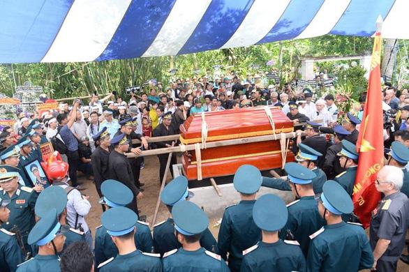 Tiễn biệt Anh hùng phi công Nguyễn Văn Bảy an nghỉ trong lòng đất mẹ - Ảnh 5.