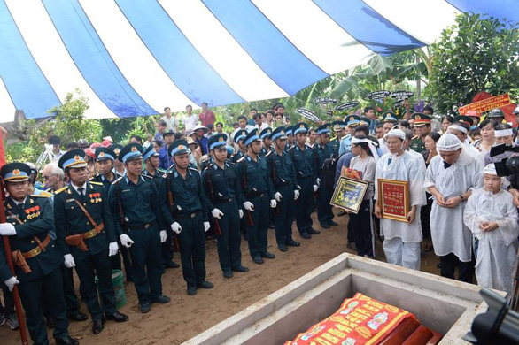 Tiễn biệt Anh hùng phi công Nguyễn Văn Bảy an nghỉ trong lòng đất mẹ - Ảnh 11.