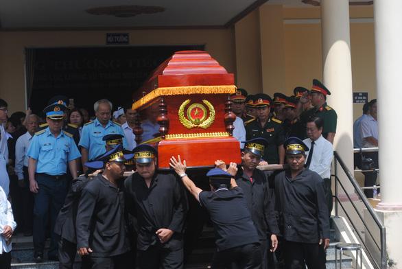 Tiễn biệt Anh hùng phi công Nguyễn Văn Bảy an nghỉ trong lòng đất mẹ - Ảnh 3.