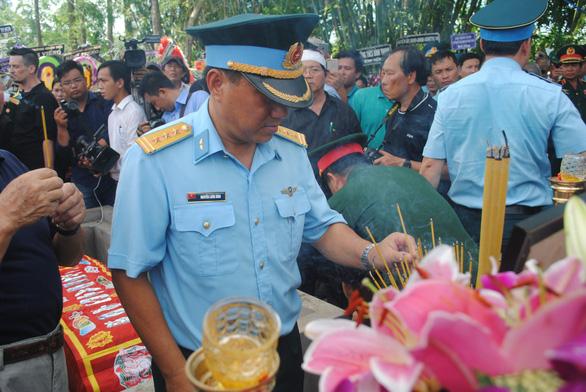 Tiễn biệt Anh hùng phi công Nguyễn Văn Bảy an nghỉ trong lòng đất mẹ - Ảnh 8.