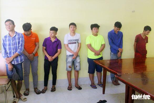 Bắt 8 thanh niên cầm mã tấu đập phá xe dân phòng - Ảnh 1.