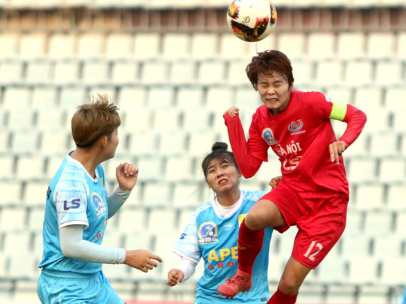 Nữ Hà Nội thắng Sơn La 6-0 trong trận đấu mất điện hơn 15 phút - Ảnh 1.