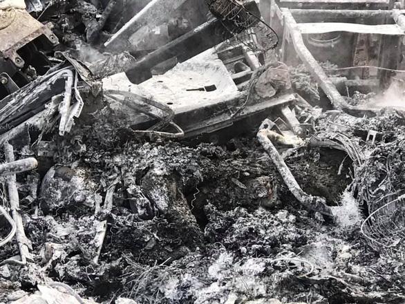 Xe đầu kéo cháy rụi sau va chạm, 1 tài xế chết trong cabin - Ảnh 4.