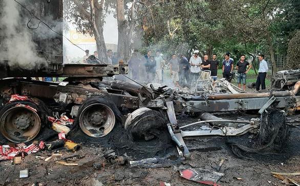 Xe đầu kéo cháy rụi sau va chạm, 1 tài xế chết trong cabin - Ảnh 1.