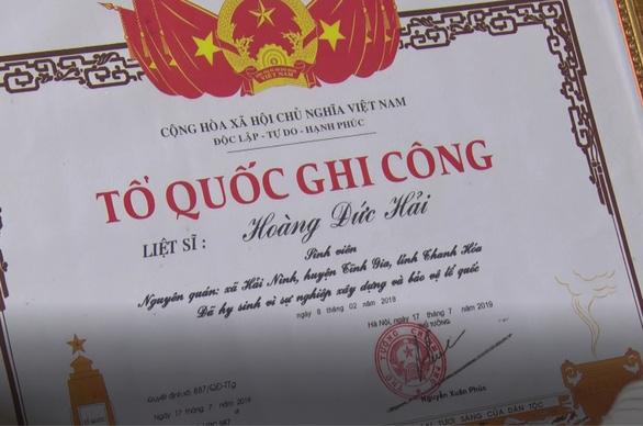 Phong liệt sĩ, trao bằng Tổ quốc ghi công cho nam sinh viên cứu 3 người khỏi đuối nước - Ảnh 2.