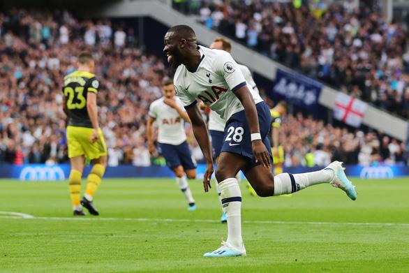 Thủ môn Lloris để thua bàn ngớ ngẩn, Tottenham suýt phải trả giá - Ảnh 1.