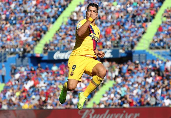 Thủ môn Stegen có pha siêu kiến tạo giúp Suarez lập công đưa Barca lên nhì bảng - Ảnh 1.