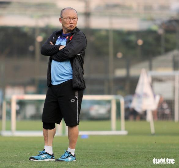 Ông Park Hang Seo đi cà nhắc trong buổi tập của tuyển Việt Nam chiều 28-9 - Ảnh 1.