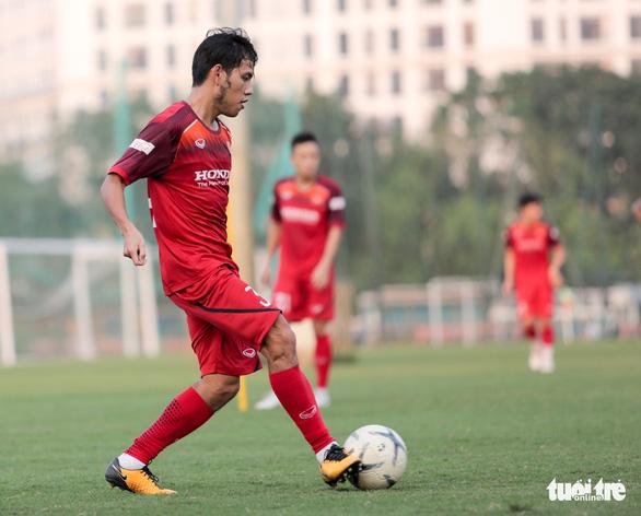 Ông Park Hang Seo đi cà nhắc trong buổi tập của tuyển Việt Nam chiều 28-9 - Ảnh 2.