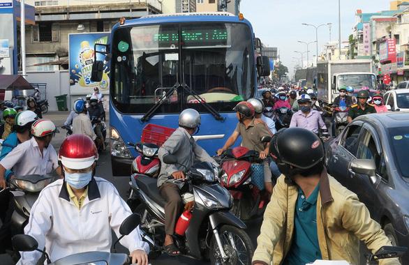 Tài xế xe buýt và xe máy: ai là hung thần? - Ảnh 1.