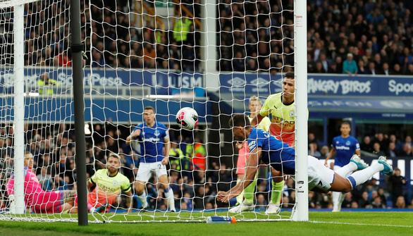Khuất phục Everton, M.C tiếp tục bám đuổi Liverpool - Ảnh 2.