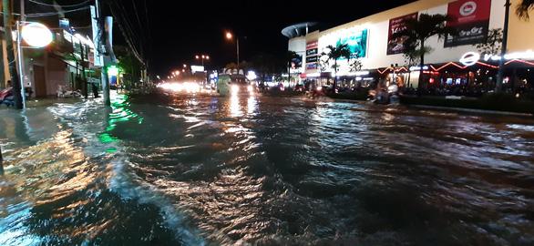 Triều cường kết hợp nước lũ từ thượng nguồn sông Mekong, Cần Thơ ngập nặng - Ảnh 4.