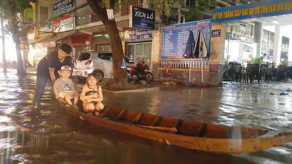 Triều cường kết hợp nước lũ từ thượng nguồn sông Mekong, Cần Thơ ngập nặng - Ảnh 1.