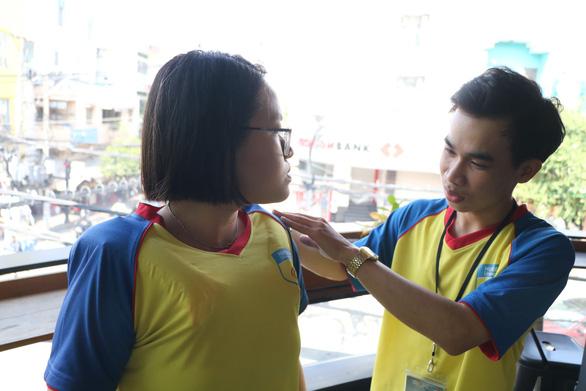 Sinh viên sáng chế áo thun chống đuối nước - Ảnh 1.