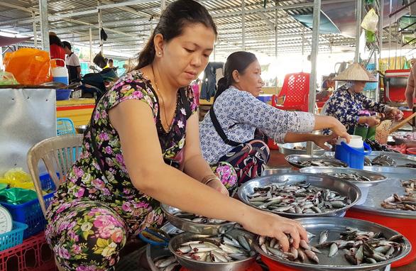 Cá linh lên Sài Gòn, giá gần gấp đôi - Ảnh 1.