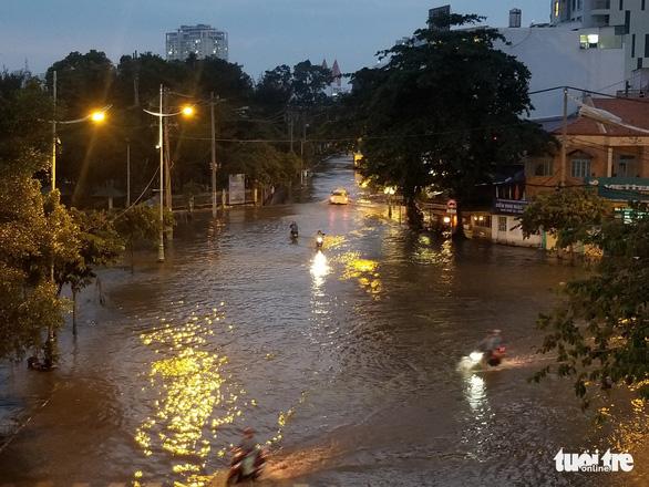 Triều cường dâng cao, nhiều đường ven sông tại TP.HCM ngập nặng - Ảnh 7.