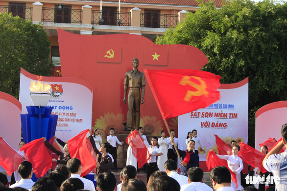 Tiểu Vy, Bình Minh rước đuốc phát động kỷ niệm ngày 3-2 - Ảnh 2.