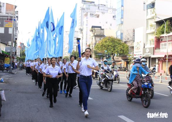 Tiểu Vy, Bình Minh rước đuốc phát động kỷ niệm ngày 3-2 - Ảnh 7.
