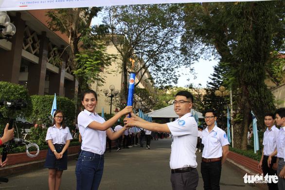 Tiểu Vy, Bình Minh rước đuốc phát động kỷ niệm ngày 3-2 - Ảnh 8.