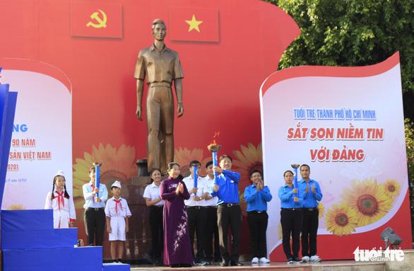 Tiểu Vy, Bình Minh rước đuốc phát động kỷ niệm ngày 3-2 - Ảnh 4.