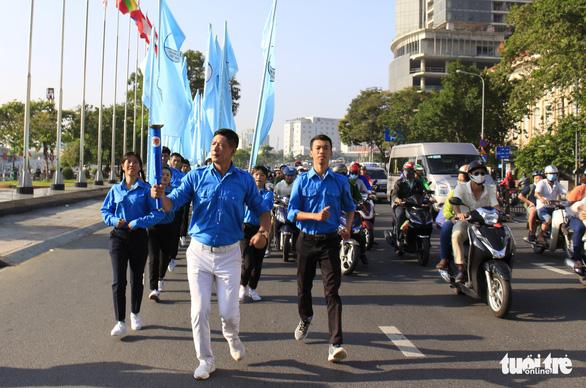 Tiểu Vy, Bình Minh rước đuốc phát động kỷ niệm ngày 3-2 - Ảnh 9.