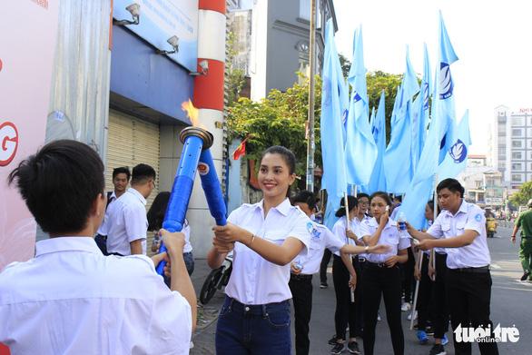 Tiểu Vy, Bình Minh rước đuốc phát động kỷ niệm ngày 3-2 - Ảnh 6.