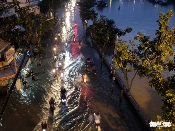Triều cường dâng cao, nhiều đường ven sông tại TP.HCM ngập nặng - Ảnh 6.