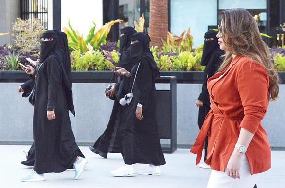 Vừa muốn mở cửa du lịch, Saudi Arabia lại tuyên bố phạt hành vi thiếu đứng đắn nơi công cộng - Ảnh 1.
