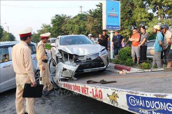 Xe sang Lexus húc đuôi xe Hyundai gây tai nạn liên hoàn - Ảnh 1.