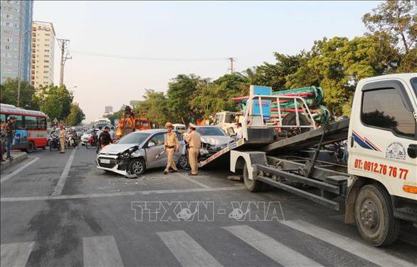 Xe sang Lexus húc đuôi xe Hyundai gây tai nạn liên hoàn - Ảnh 2.