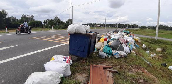Dân chặn xe vào bãi rác, rác chất đống khắp phố phường - Ảnh 1.