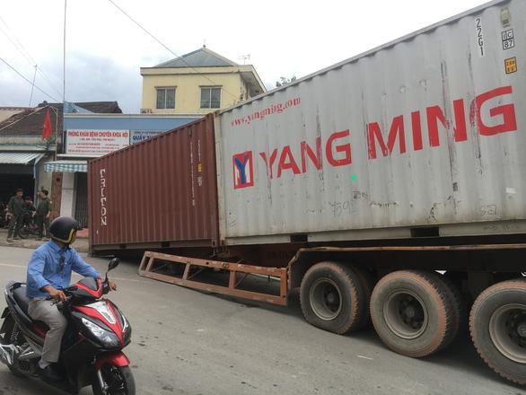 Container chục tấn lại rớt xuống đường - Ảnh 2.