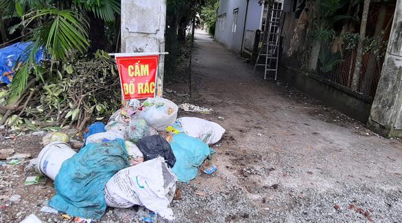 Dân chặn xe vào bãi rác, rác chất đống khắp phố phường - Ảnh 3.