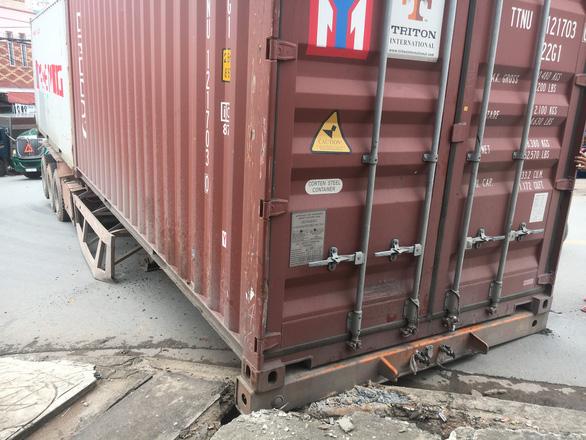 Container chục tấn lại rớt xuống đường - Ảnh 3.