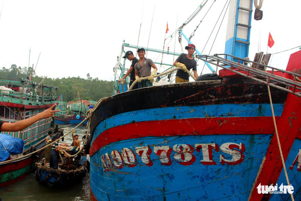 Tàu nằm bờ sau bão, ngư dân lại thấp thỏm lo áp thấp dồn dập - Ảnh 1.
